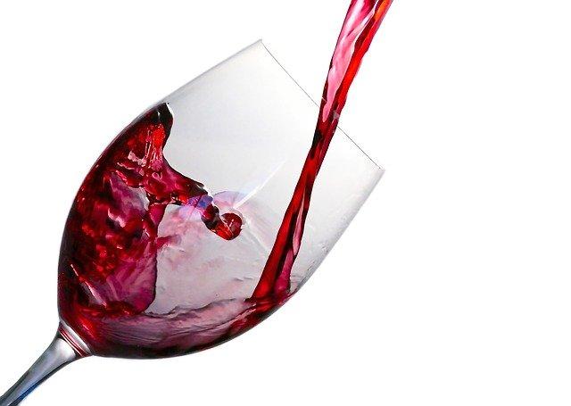 éclaboussure de vin rouge dans un verre à vin